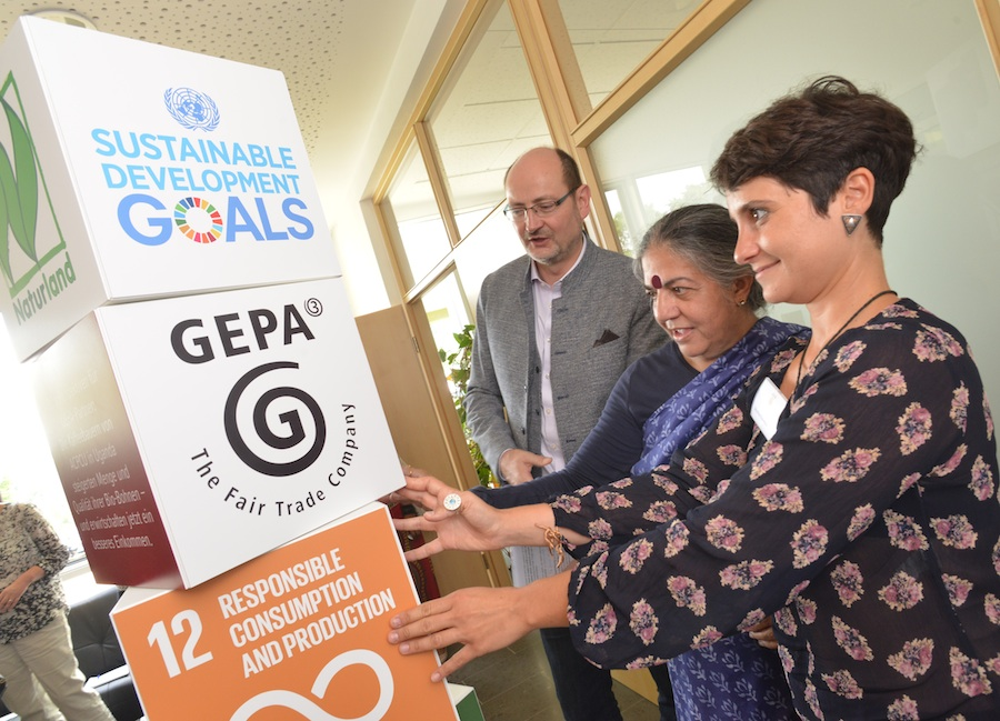 The SDGs are particularly important for the strategic orientation of GEPA. Vandana Shiva (in the middle) on a visit to GEPA.