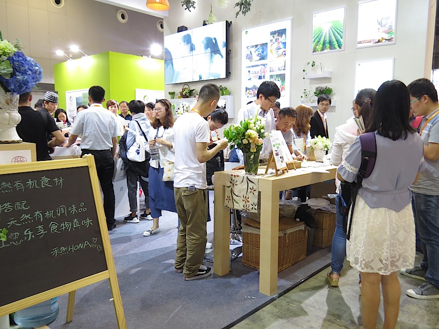 There is great interest in organic food. Crowds of visitors to the House of Natural Art.