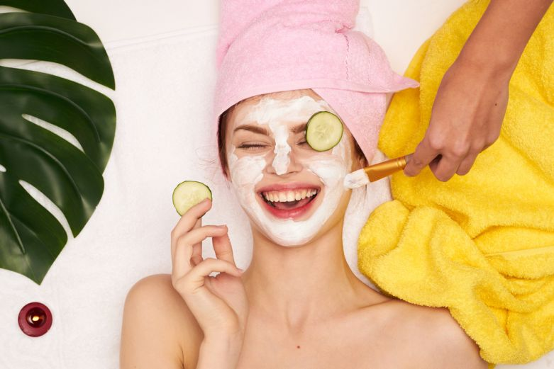 Young woman with face mask (cosmetics)Junge Frau mit Gesichtsmaske (Kosmetik)