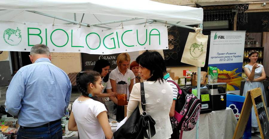 A consumer fair with stands of the Kiev organic shop biologic.ua and FiBL.
