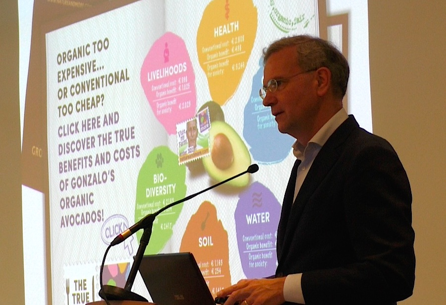 Volkert Engelsmann, founder and CEO of the Dutch organic company Eosta explains their campaign Dr Good Food. Photo Karin Heinze